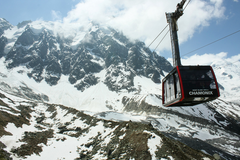 01. Telecabina din Chamonix ce poartă turiștii în împărăția ghețurilor veșnice