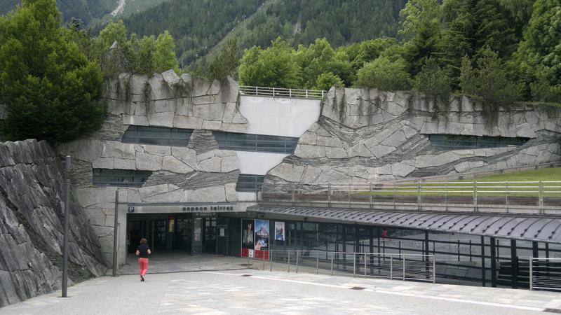 16. Sediul Muzeului Cristalelor și al Expoziției dedicate alpinismului din Spațiul Tairraz